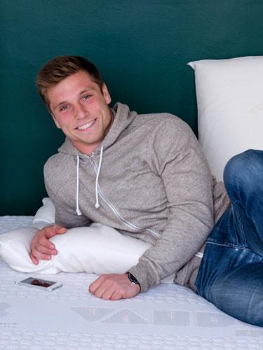 Stephen Parez dort sur matelas et literie Vaudou Sport