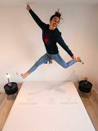 Perrine Laffont dort sur matelas et literie Vaudou Sport